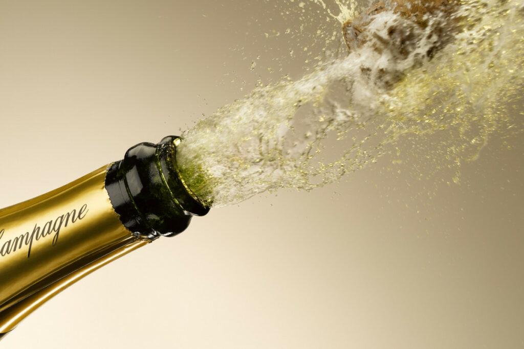 пробка вылетает с бутылки шампанского
