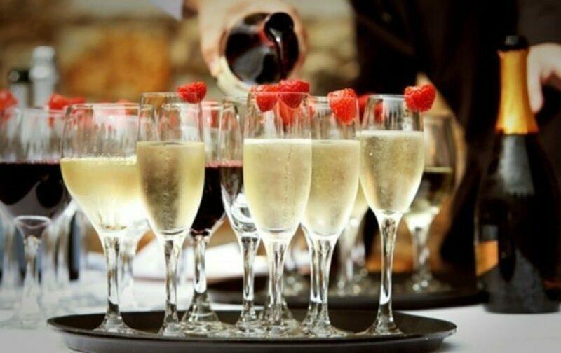 шампанское в бокалах с малиной
