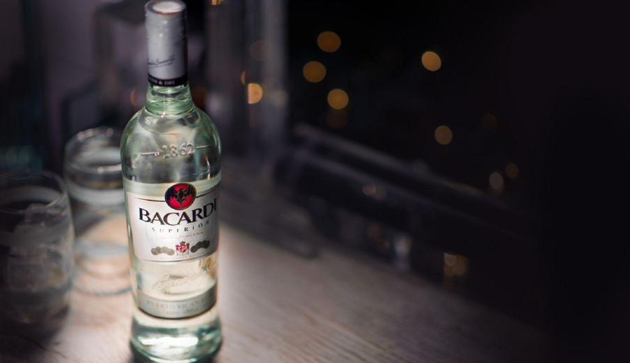 белый ром в бутылке
