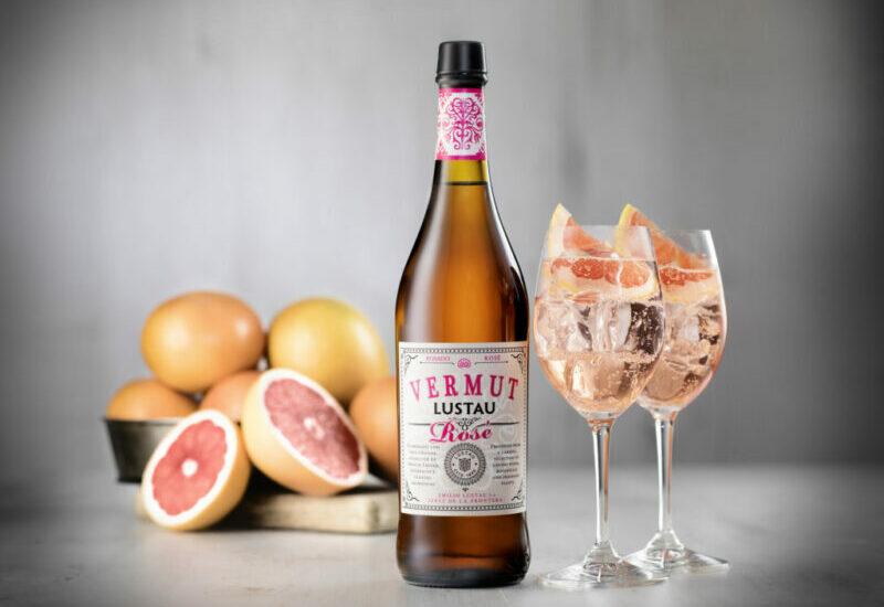розовый вермут и фрукты