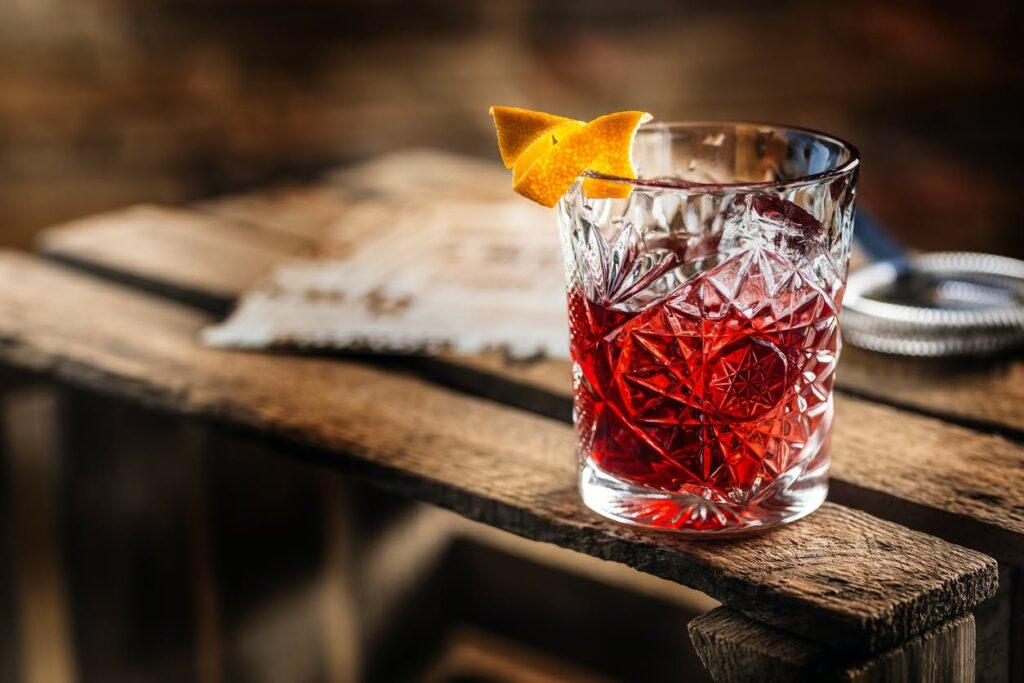 розовый вермут в стакане