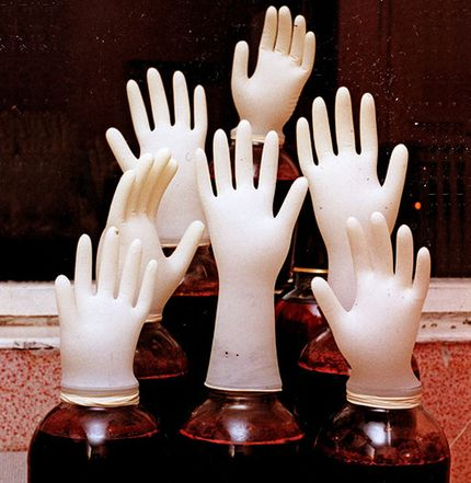 банки с вином перчатка
