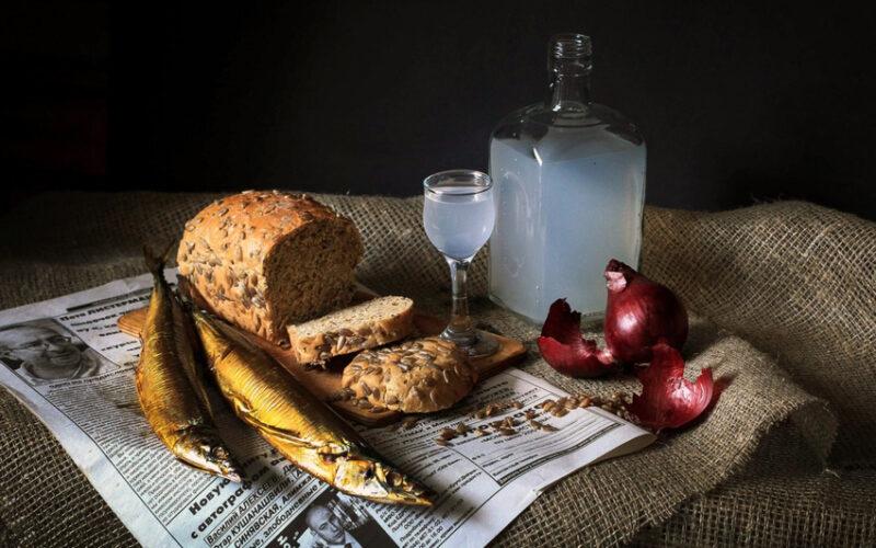 самогон с хлебом и рыбой