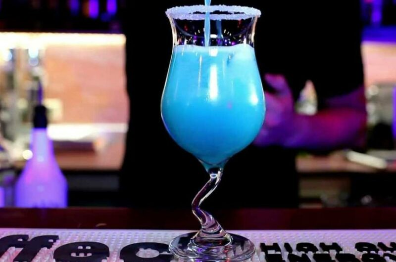 Как приготовить коктейль Голубые Гавайи