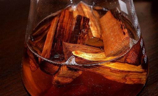 выстаивание домашнего виски на дубовых щепках