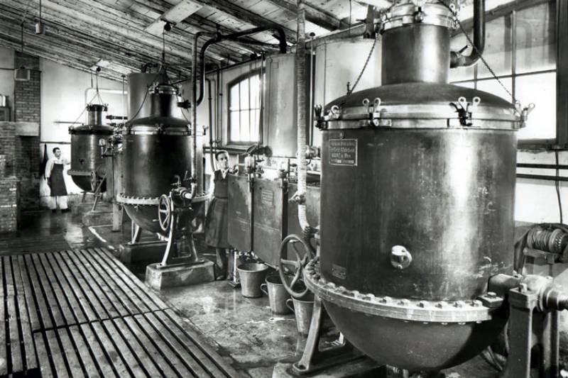 перегонка самбуки на фабрике
