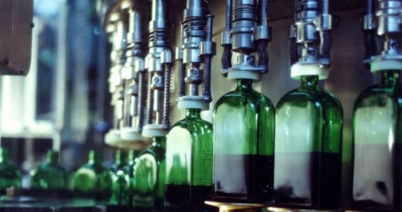 егерь разливают по бутылкам на производстве