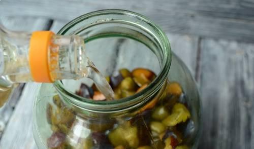 добавление водки к сливам для приготовления сливовой наливки