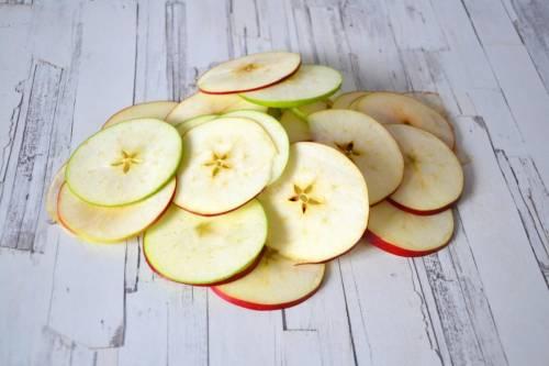 подготовка зеленых яблок для приготовления наливки